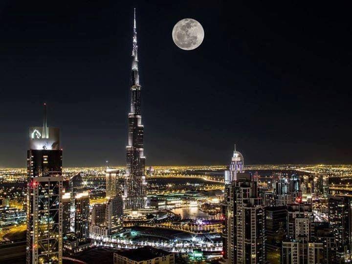 Dubai nocturno con súper luna.