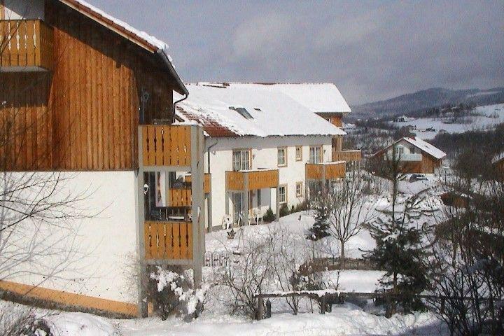 Feriendorf Schwarzholz in Bayerischer Wald günstig buchen / Deutschland. Das familienfreundliche 4-Sterne-HTP Feriendorf Schwarzholz befindet sich in ruhiger und idyllischer Lage etwa 1,5 km vom Ortszentrum von Viechtach und ca. 8 km vom Skigebiet St. Englmar entfernt.