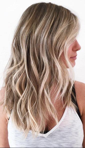 mørkeblond hår med lyse striber