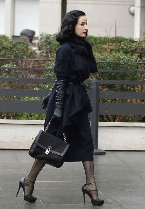 Long leather gloves look unspeakably chic. They can be worn on relaxed autumnal strolls in the countryside or out and about in the city; teamed with elegant eve
