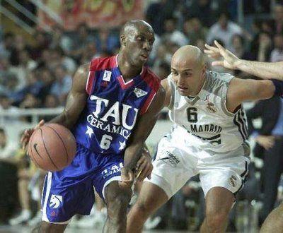 Elmer Bennett atacando a Aleksandar Đorđević, dos de los mejores bases que han pasado por la ACB