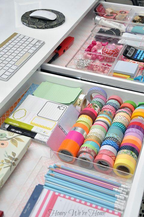 A Delightfully Organized Desk. (Una scrivania con tanti cassetti bassi è forse più pratica)