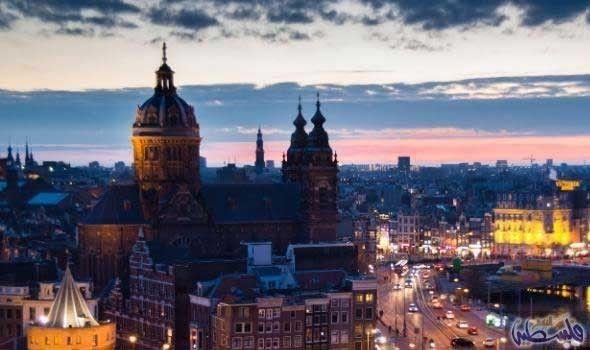ليالي مدينة أمستردام الساحرة جد ا تجعل من ليس هناك مدينة أكثر إغراء من عاصمة هولندا أمستردام في ليالي الصيف حيث الحر الشديد Paris Skyline Travel Skyline