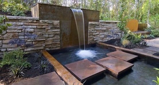 cascada con caida desde muro y puente de piedras outdoors - cascadas en jardines