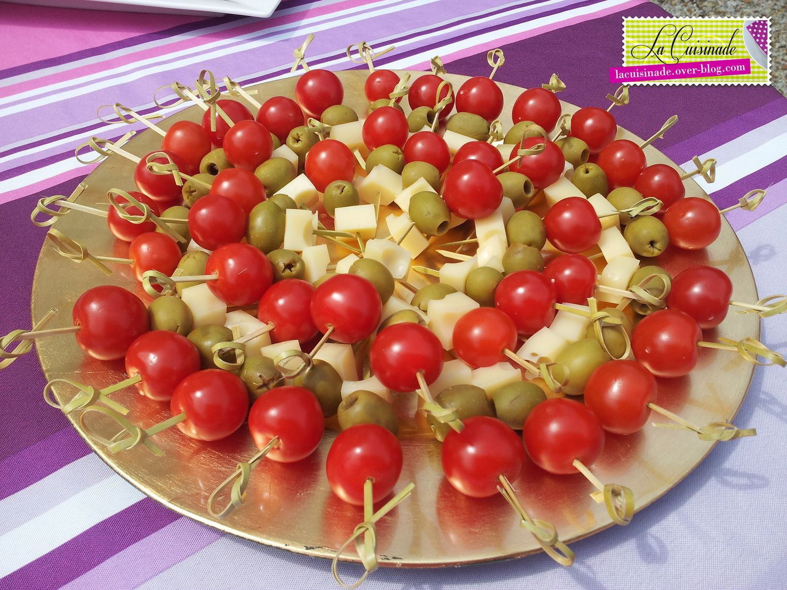 Brochettes ap ritives tomate olive fromage aperitif pinterest brochettes ap ritives - Presentation de brochette de fruits ...