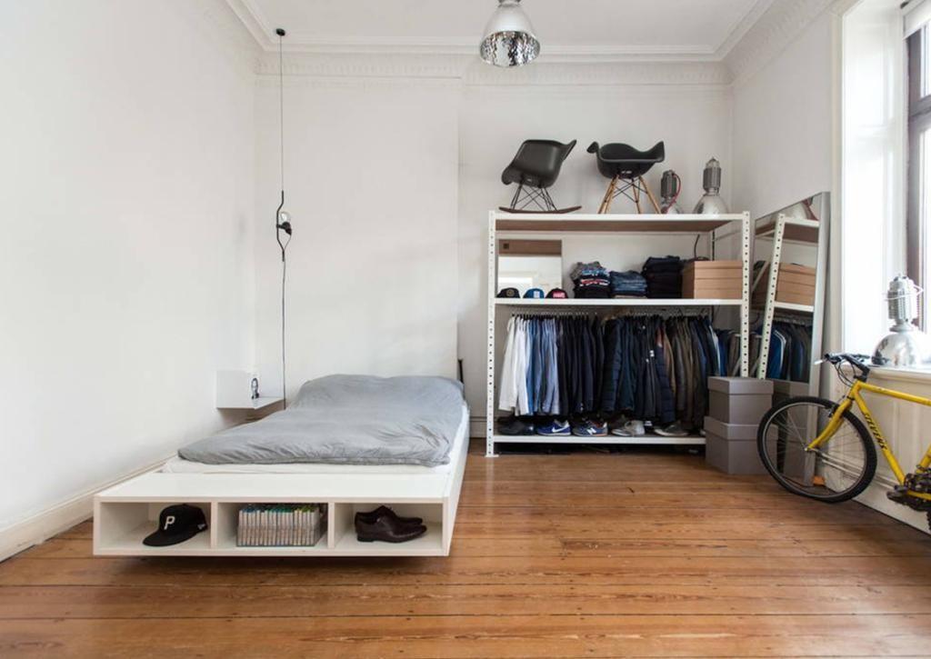Fresh Schlafzimmer in wei mit gro em Bett offenem Kleiderschrank und sch nes Holzdielenfu boden Wohnung Schlafzimmer