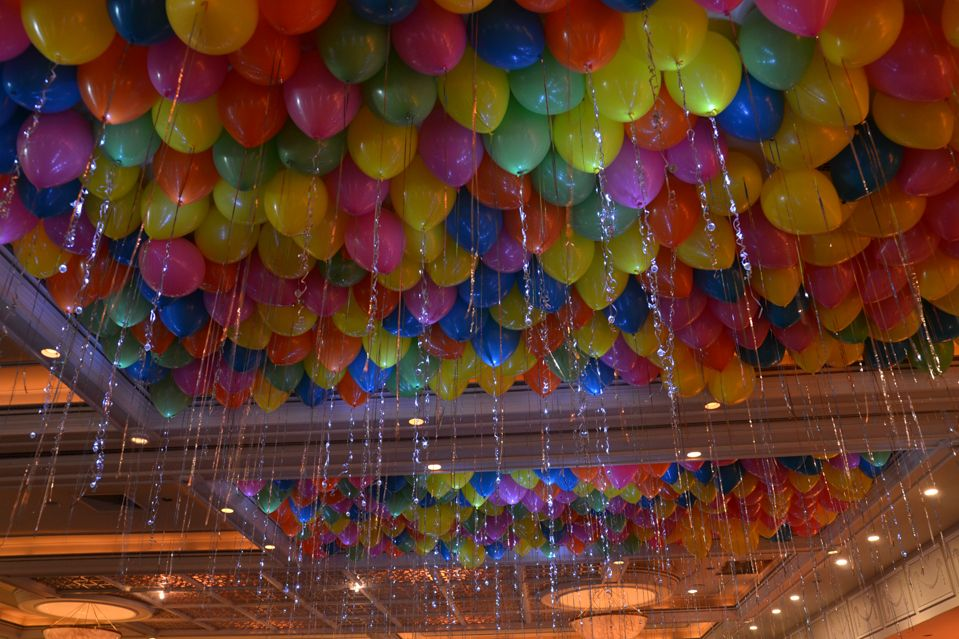Ceiling covered in bright balloons classic birthday for Balloon ceiling decoration