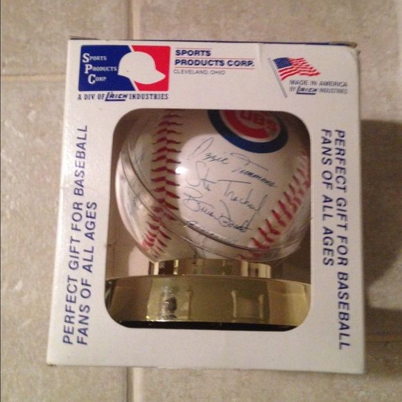 Chicago Cubs autographed team baseball Great for the Cubs fan. The ball has been enclosed for years.  Box has some dents as you can see in picture Accessories