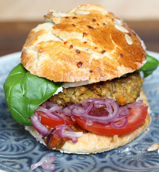 Burger-mit-karamellisierten-Zwiebeln-und-Grünkern-Linsen-Patties-von-Naschen-mit-der-Erdbeerqueen-1