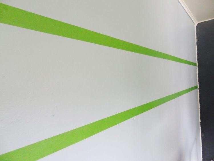 Streifen an der Wand streichen anleitung-basisfarbe-malerkrepp - wand streifen