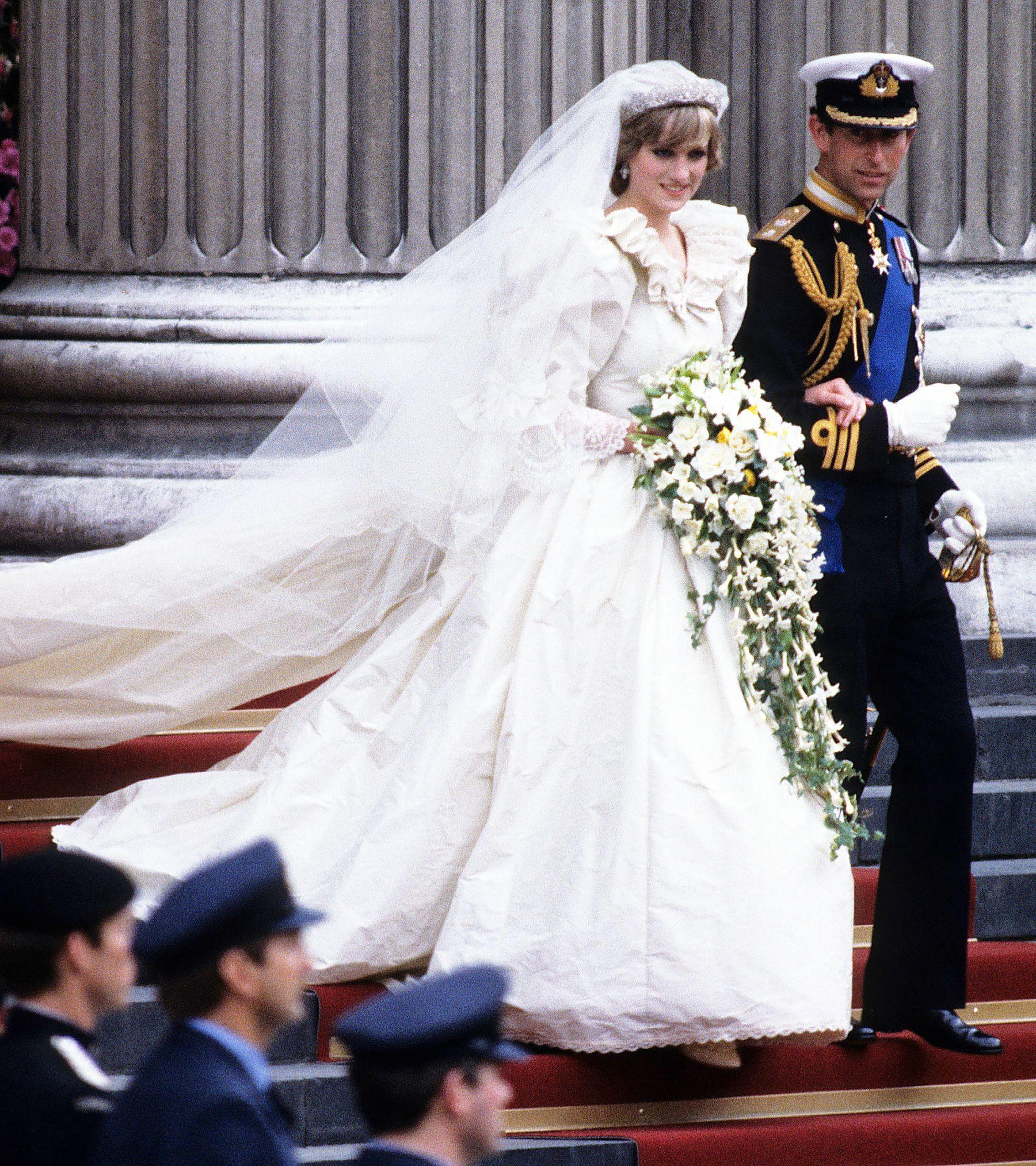 Princess Diana S Wedding Dress Designer Praises Meghan Markle S Elegant And Classic Gown Princess Diana Wedding Dress Royal Wedding Gowns Diana Wedding [ 2026 x 1800 Pixel ]
