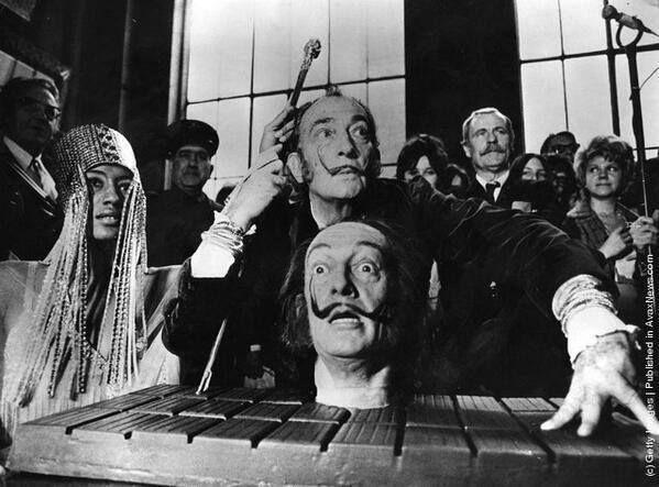 Salvador Dalí posa con una réplica de su cabeza en 1973.