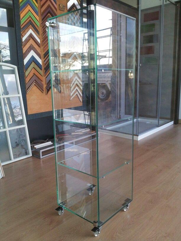 Vitrina expositora de vidrio con ruedas