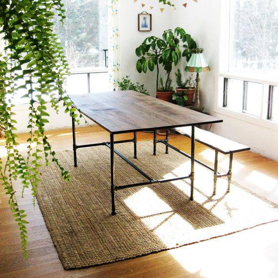 Mesa y banco con patas hechas con tubos metalicos de fontanería ...