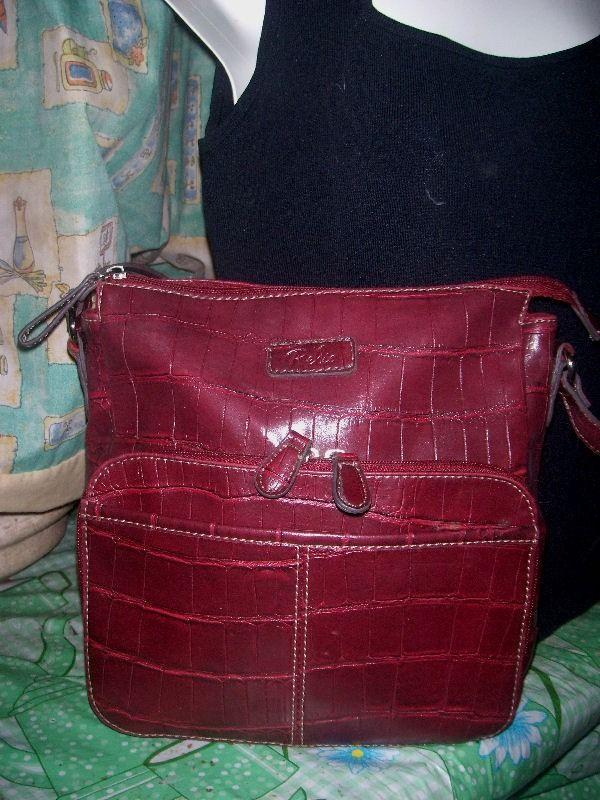 14270f007 Hermosa Bolsa Crossbody Relic Guinda Croc Hm4 - $ 180.00 en MercadoLibre