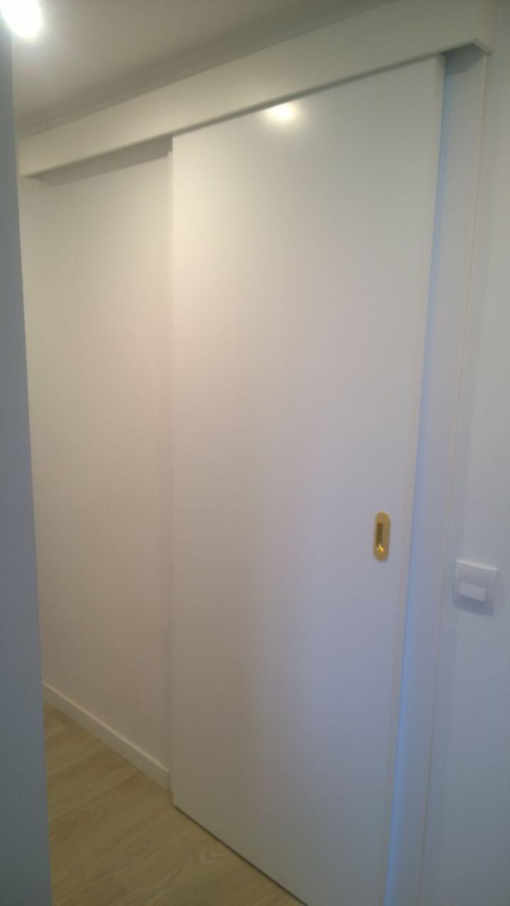 Puerta lacada corredera con gu a exterior atornillada - Puertas correderas blancas ...
