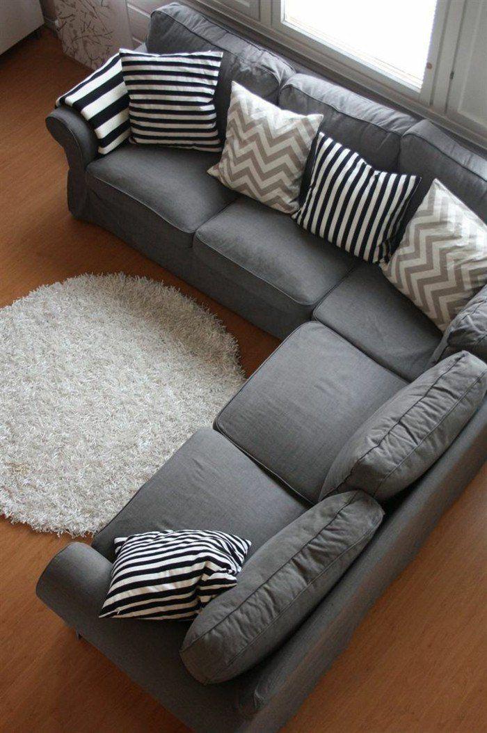 canapé d'angle pas cher de couleur anthracite avec tapis rond de couleur blanc
