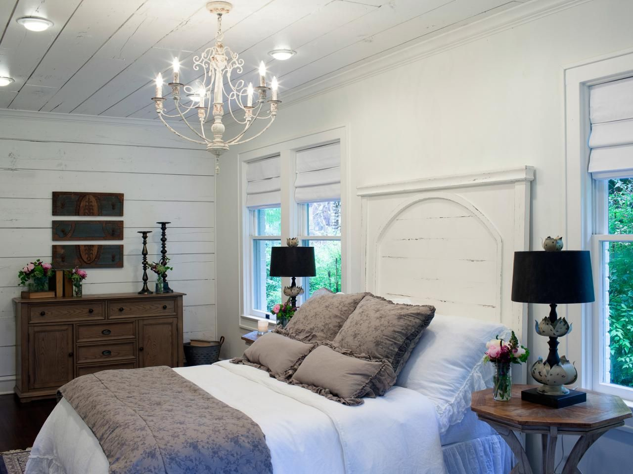 Joanna gaines bedrooms photos hgtv 39 s fixer upper with for Fixer upper bedroom designs