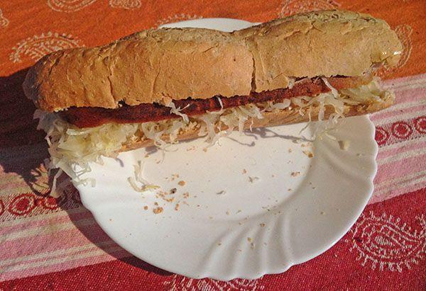 Zuurkool en vegan worst op stokbrood | www.Alternatief-Idee.net