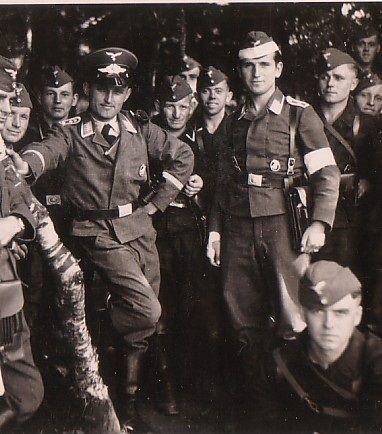 """tkohl: """" Paratroopers in dress uniforms """" Fallschirmjager: Looks like an early/pre-war NCO training, I see a LOT of tresse on the collars, and of course look at the """"Kompanie Mutti"""" all rakish and jaunty looking! Pin by Paolo Marzioli"""