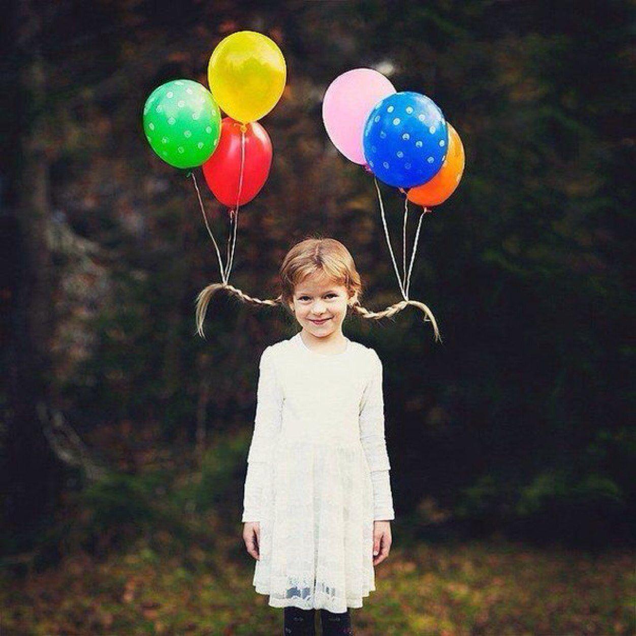 niña con dos trenzas y globos atados a ellas Peinados
