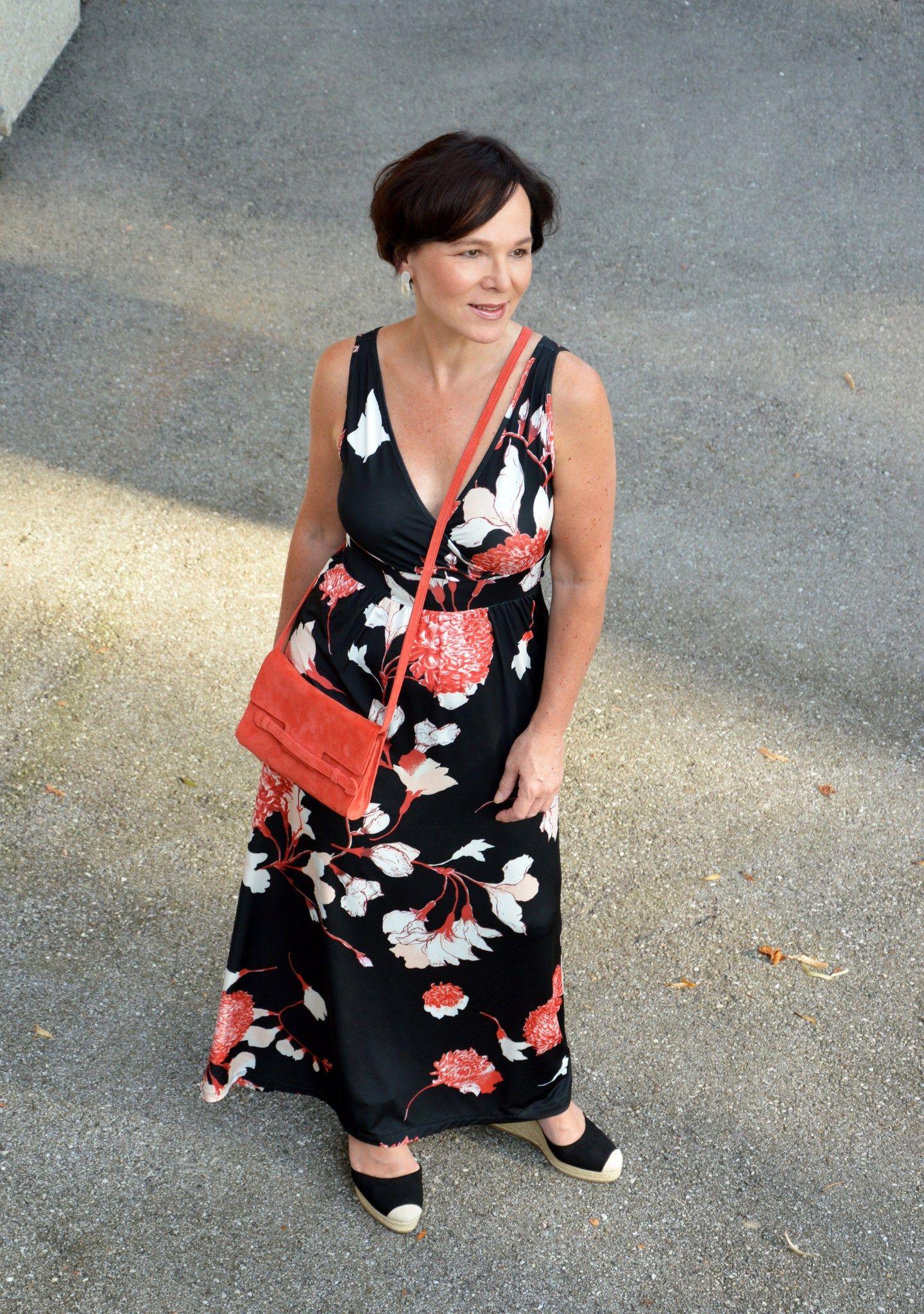 Wie tragen Frauen über 50 trendige Maxikleider im Sommer ...