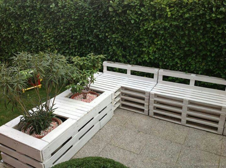 pallet garden pallet sofa and planter in the garden in pallet garden diy pallet ideas with sofa planter garden - Garden Ideas Using Pallets