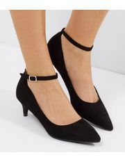 - Patent finish- Pointed toe- Ankle strap fastening- Heel height: 2