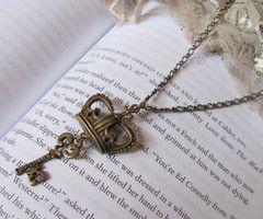 Colar Coroa e chave | About a girl Store | 1069A0 - Elo7