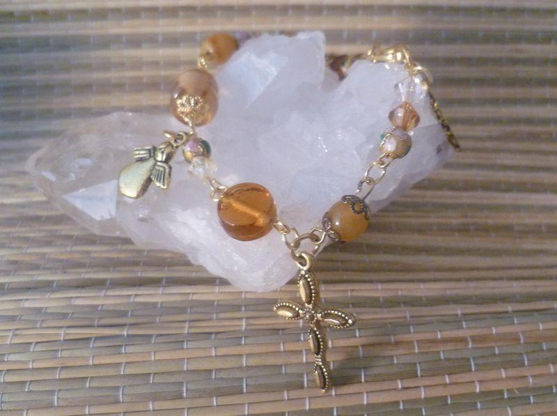 Traumhaft schönes Bettelarmband- gekettelt mit goldfarbenen Zwischenteilen- bestehend aus einer Vielzahl honigfarbener Glasperlen, Cloisonneperlchen u