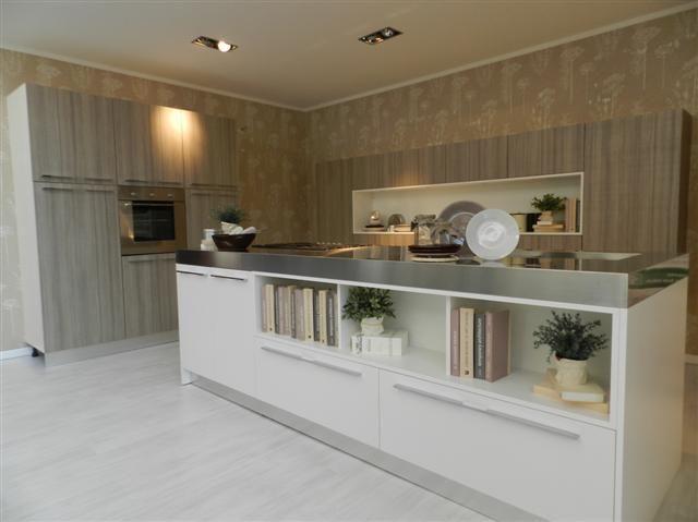 Cucina nova cucine con isola centrale completa di colonne - Cucina con dispensa ...