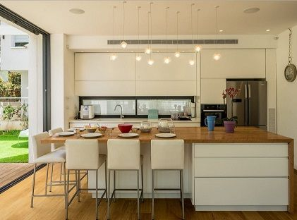cocina integrada en el saln con gran isla central de roble - Cocinas Integradas En El Salon