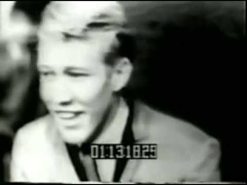 The Trashmen - Surfing Bird (1963). One of the most silly and nice songs I have ever heard. I remember when I heard for the first time in the Cuba Pavilion, La Rampa, La Habana, the impact that was reflected in the faces of those who were entering. The best of the song are the easy lyrics.