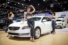 Apresentador não identificado das fêmeas com o carro de Volvo S60 Fotos de Stock