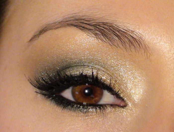 occhi marroni trucco, proposta realizzata usando degli ombretti perlati oro  e verde