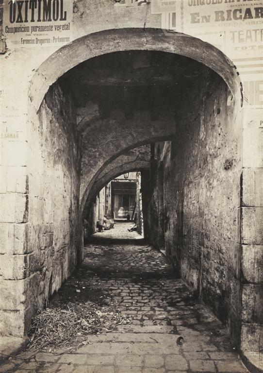 """Carrer Bondeu Narcís Cuyàs 1908. Arxiu Fotogràfic de Barcelona. Calle desaparecida con la apertura de la Via Laietana (""""La Reforma""""). Estaría situada al lado de la calle Tapineria"""