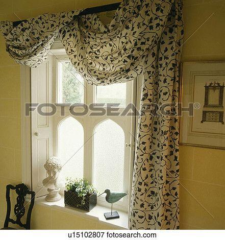 Schwarz Weiß Stoff Drapiert Hinüber Vorhang Pfosten Oben Gotischer Stil Fenster Mit Klassisches Brustbild Und Lockvogel Vogel Auf
