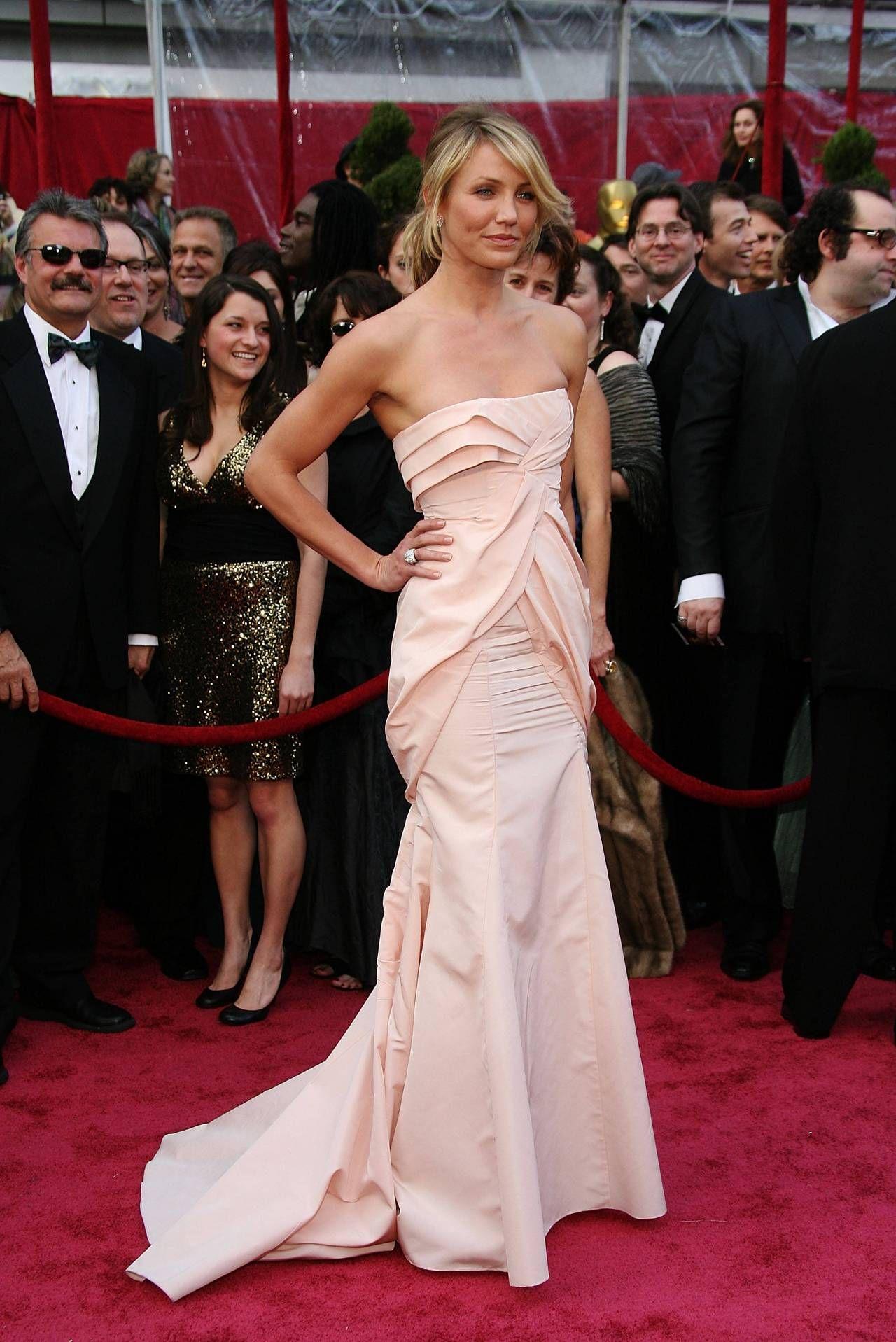 Cameron Diaz en une robe de soirée rose longue bustier droit