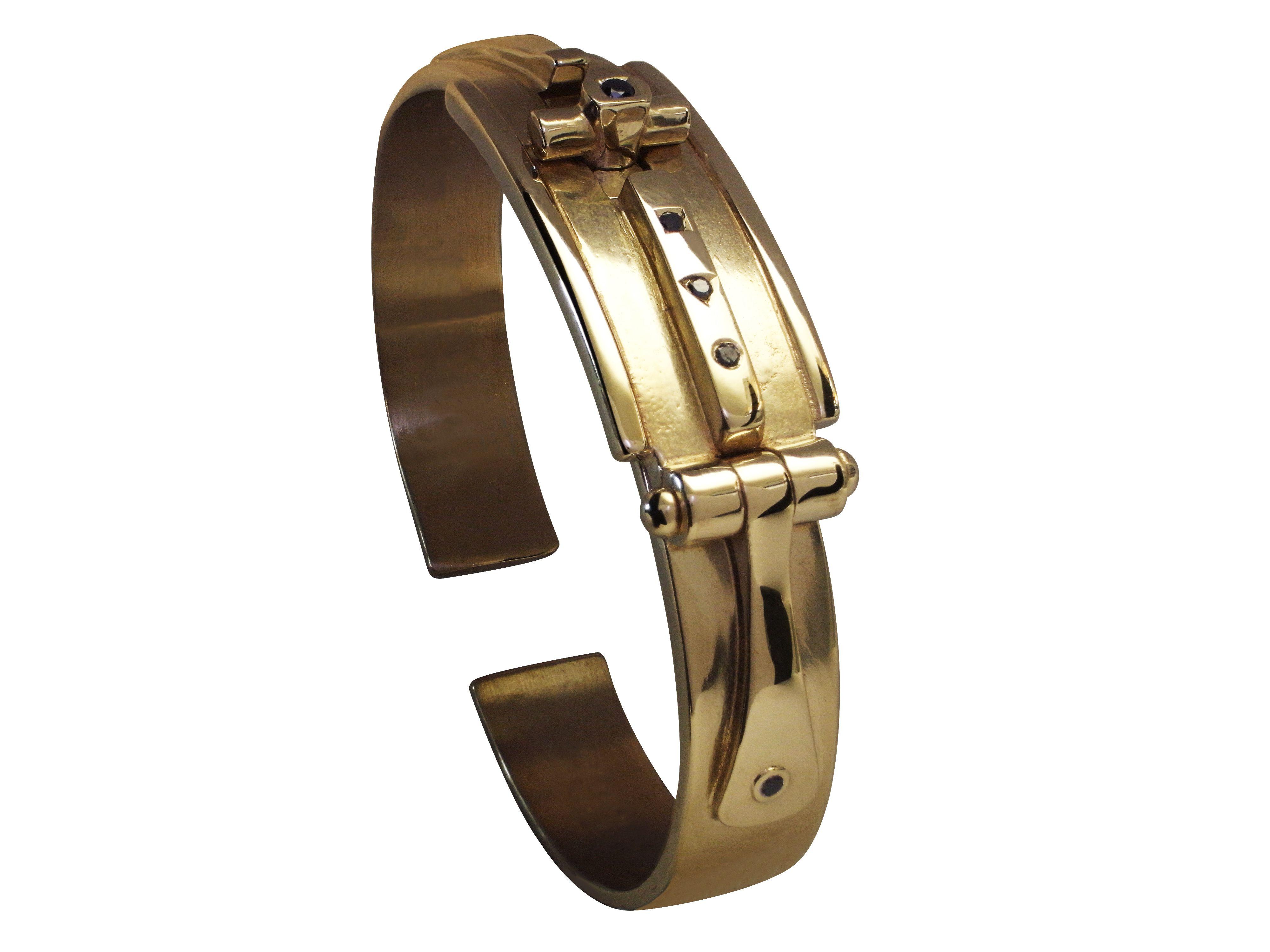 Bracelet Free porté par Johnny Hallyday  en or blanc non rhodié sertie de  5 diamants noirs, offert par Philippe Tournaire.
