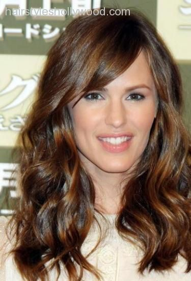 Jennifer Garner Medium To Long Wavy Hair With Side Swept Bangs Jpg 375 550 Hair Styles Haircut For Big Forehead Jennifer Garner Hair