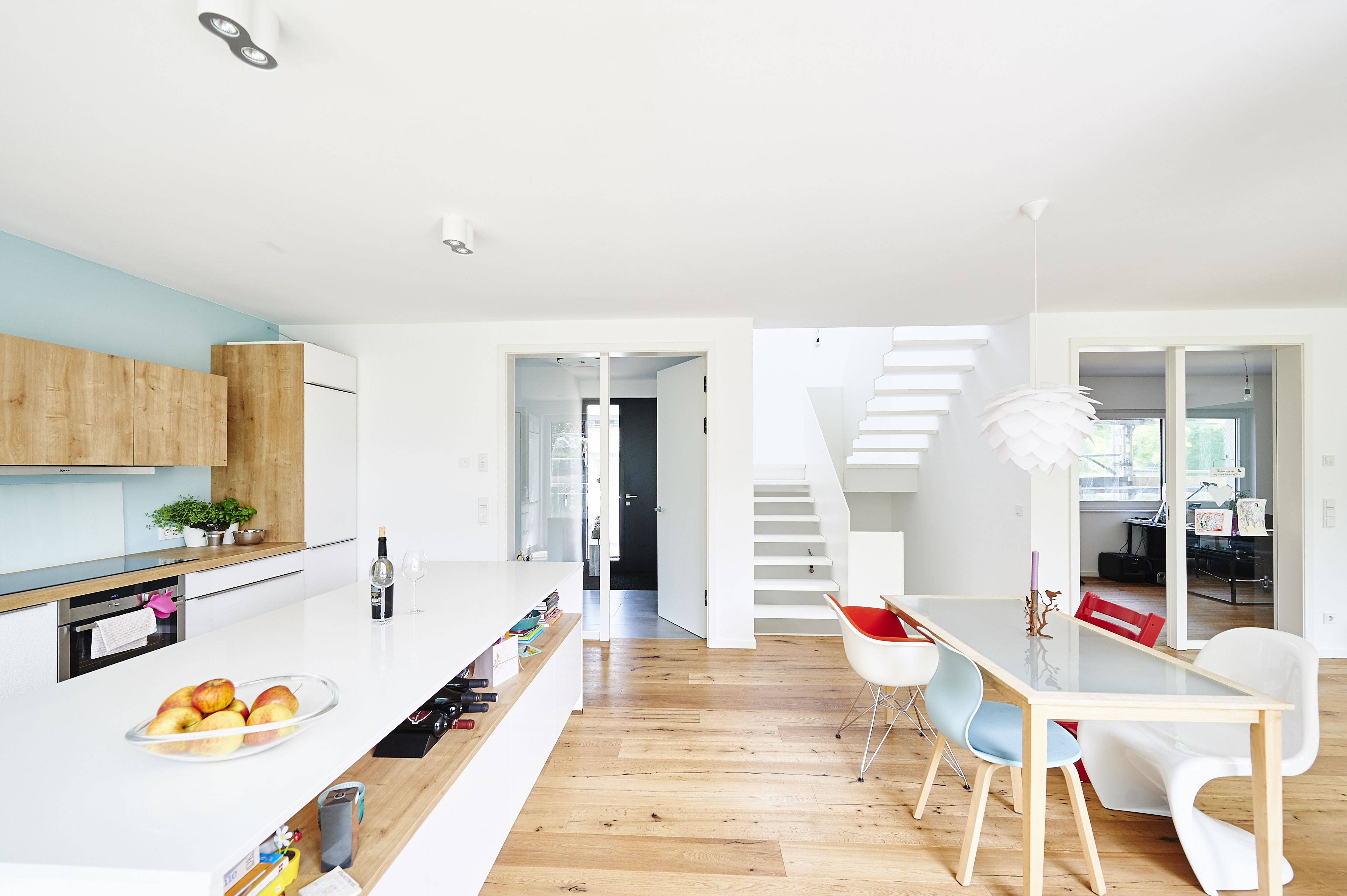 Leicht, hell und schlicht ist der Eindruck, den die weiße HPL-Treppe vermittelt. Die Ästhetik resultiert aus wohlüberlegten Details. Die eckige Gestaltung des Treppenauges sowie die Betonung von Parallelität in der Linienführung sind die Gründe für die überaus harmonische Wirkung. Die vom Dachfenster kommenden Lichtstrahlen treffen auf die helle Treppen-Oberfläche und sorgen für faszinierende Reflektionen.