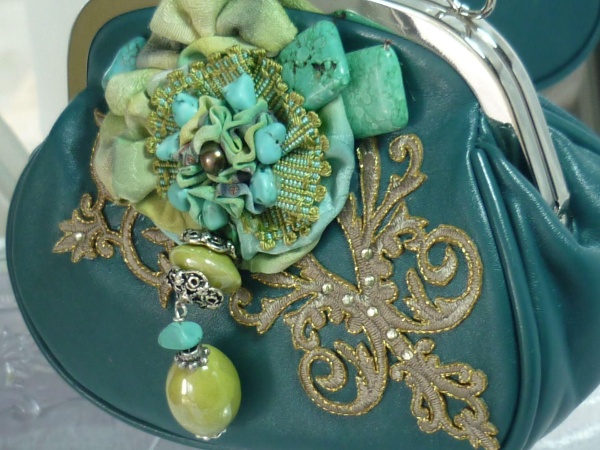 pochette chic retro verte fleur soie peinte , pierres turquoises et howlites : Sacs à main par iletaitunesoie