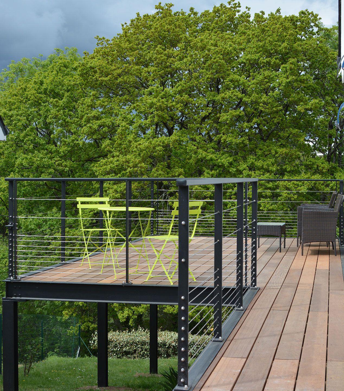 voici la terrasse termin e terrasse en bois sur lev e. Black Bedroom Furniture Sets. Home Design Ideas