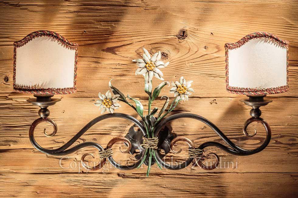 Applique a luci con stelle alpine in ferro battuto decorato a