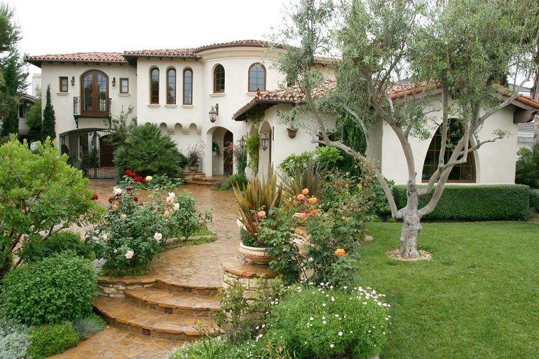 Giardini da copiare casa molto grande con un patio verde e alberi