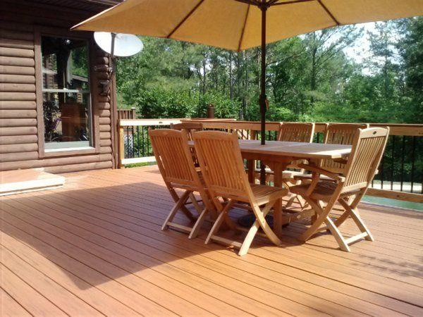 terrasse en bois composite salon de jardin en bois et un grand parasol