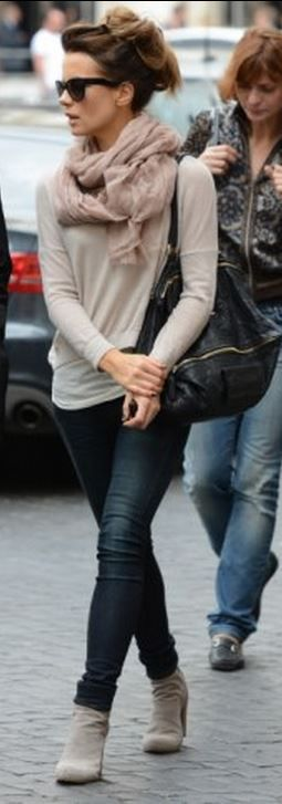Fall #streestyle | Kate Beckinsale in a beige sweater, skinny jeans, Prada suede ankle booties and a Givenchy bag