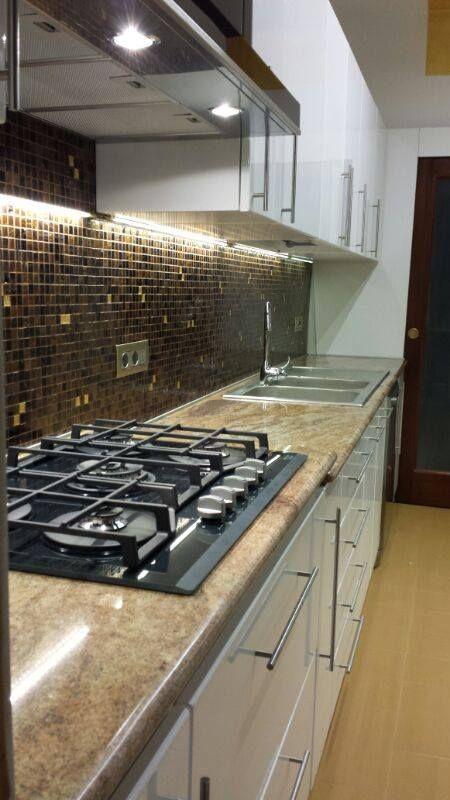 Cucina laccata con cassa in listellare rivestita in legno MDF ...