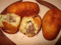 Para a massa :  - 2 ovos --  - 1 pitada de orégano;  - 2 kg de mandioca;  - Cheiro verde,  - Pimenta-do-reino e pimenta-malagueta a gosto.  -   - Para o recheio :  - 1 colher (sopa) de massa de tomate --  - 1/2 xícara (chá) de cebola ralada;  - 3 colheres (sopa) de azeite de oliva;  - 500 gramas de carne moída de primeira qualidade;  - Sal e pimenta-malagueta a gosto.