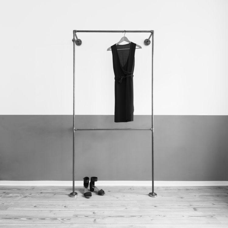 Kleiderschrank modern design  Offener Kleiderschrank aus Stahlrohr // Open wardrobe made of ...